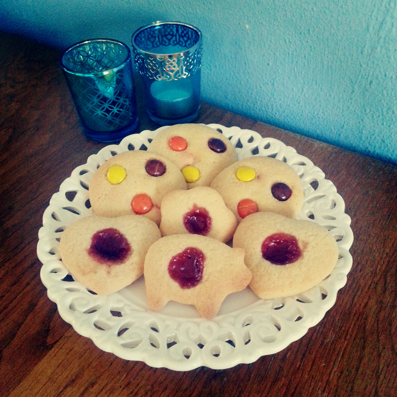Plätzchen mit Marmelade und Reeses Pieces   LotsofCake